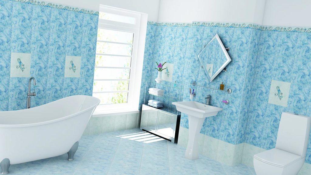 Ein Blau gefliestes Badezimmer mit hellen Möbeln strahlt mediterranes Flair aus.