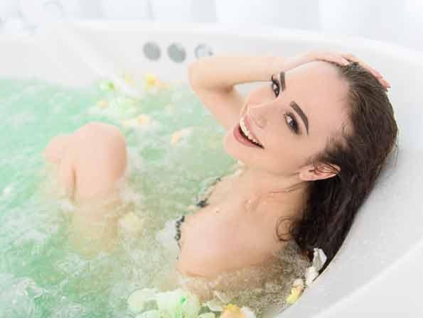 nuerminger-leistungen-wellness-whirlpool-shutterstock_468225446-595x448