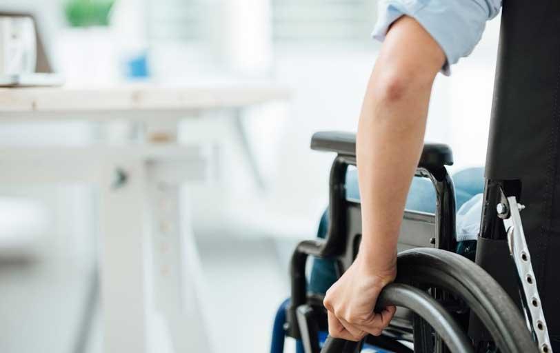 Rollstuhlfahrer in der Wohnung